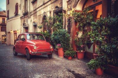 Poster Vecchia automobile di culto d'epoca parcheggiata in strada dal ristorante, in
