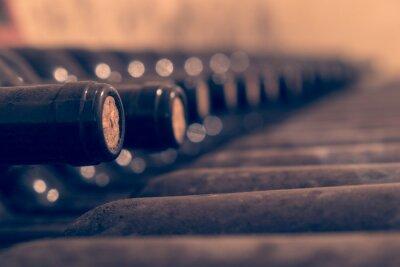 Poster Vecchie bottiglie di vino impilati per l'invecchiamento