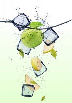 Poster Verdi fette di mela con cubetti di ghiaccio