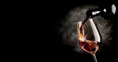 Poster Versando il vino in nero