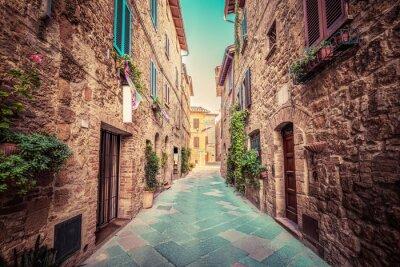 Poster Via stretta in una vecchia città italiana di Pienza. Toscana, Italia. Annata