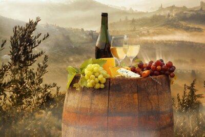 Poster Vino bianco con canna sul vigneto in Chianti, Toscana, Italia