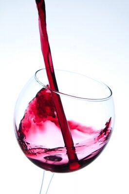 Poster Vino rosso che versa nel vetro di vino