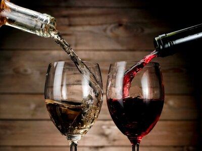 Poster Vino rosso e bianco a versare sullo sfondo di legno
