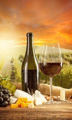 Poster Vino rosso still life con vigneto su backgorund