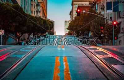Poster Vista crepuscolare angolo basso di una strada vuota con tracce di funivia che porta su una ripida collina in California Street famoso all'alba, San Francisco, California, USA