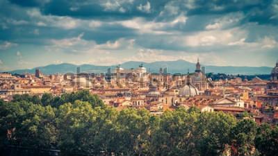 Poster Vista panoramica aerea di Roma, Italia. Paesaggio urbano della vecchia Roma in una giornata di sole. Skyline di Roma in estate. Splendido panorama panoramico di Roma dall'alto. La pittoresca foto