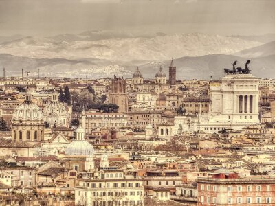Poster Vista panoramica di Roma sullo sfondo di montagne. Retro foto tonica