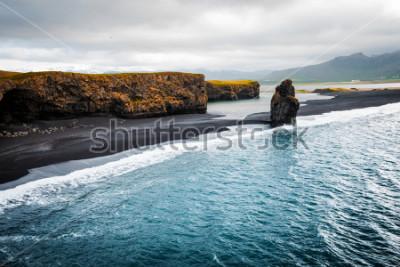 Poster Vista sulla spiaggia di Kirkjufjara e sulla scogliera di Arnardrangur. Posizione Valle del Myrdal, Oceano Atlantico vicino al Villaggio di Vik, Islanda, Europa. Immagine panoramica del meraviglioso pa