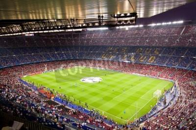 Poster BARCELLONA - 13 settembre: Folla di persone in stadio Camp Nou prima della partita di Champions League tra FC Barcelona e AC Milan, punteggio finale 2-2, il 13 settembre 2011 a Barcellona, Spagna.