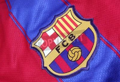 Poster Barcellona, Spagna - 28 gennaio 2012: La cresta del Barcelona Football Club su una maglia ufficiale. FC Barcelona sono stati fondati nel 1899.