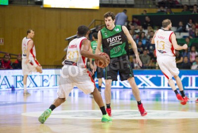 Poster Guillem Vives di Joventut in azione a campionato spagnolo Basketball League tra Joventut e Saragozza, punteggio finale 82-57, il 13 aprile 2014, a Badalona, Spagna