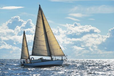 Poster Yacht a vela in una giornata di sole nella baia di Riga