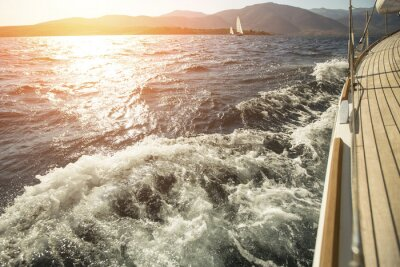 Poster Yacht, mare a mare, vela regata durante il tramonto.