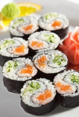 Poster Yin Yang Maki Sushi - Roll fatta di salmone fresco e cetriolo dentro. Nori Outside