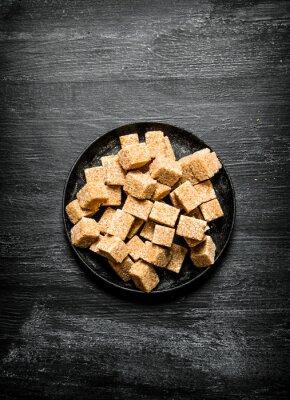 Poster zucchero di canna Brown in una padella.