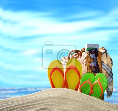 Accessori Della Spiaggia Sulla Spiaggia Sabbiosa Con Mare Blu