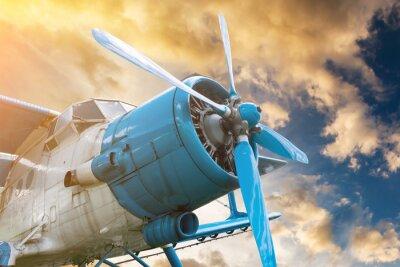Quadro aereo con elica sul bel cielo sfondo tramonto luminoso