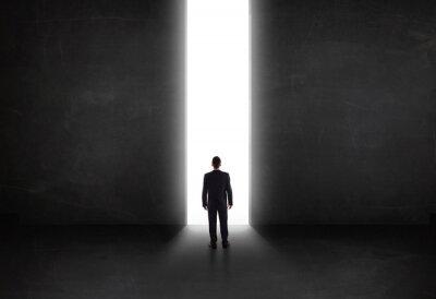 Quadro Affari persona guardando muro con apertura del tunnel di luce