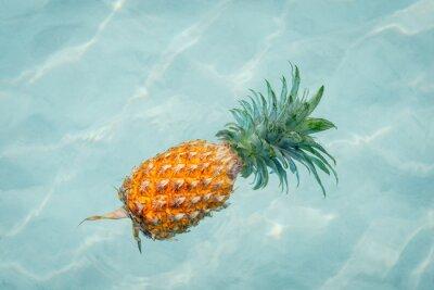 Quadro Ananas in acqua sulla spiaggia di sole