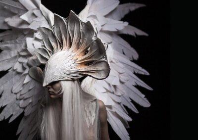 Quadro Angelo, costume, concetto, cinematografico, un ritratto di una giovane ragazza e una parrucca bianca, che porta una grande maschera bianca e un grande ali bianche. Drammatico