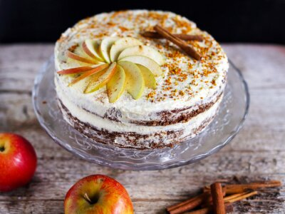 Quadro Apple cinnamon layered cake with buttercream icing and bee polen