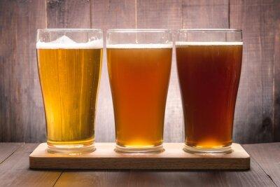 Quadro Assortimento di bicchieri di birra su un tavolo di legno