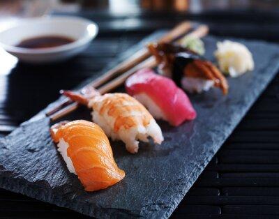 Quadro assortiti nigiri sushi su ardesia