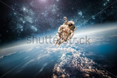 Quadro Astronauta nello spazio esterno sullo sfondo del pianeta terra. Elementi di questa immagine fornita dalla NASA.