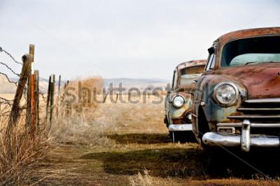 Quadro auto d'epoca abbandonate e arrugginite nel wyoming rurale