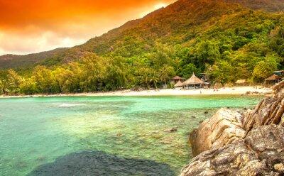 Quadro baia in mare. Cottage sulla spiaggia di sabbia bianca