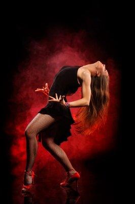 Quadro ballerino di stile moderno in posa su sfondo scuro