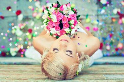 Quadro Bella bionda sposa con un mazzo di fiori