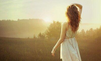 Quadro Bella donna bruna guardando il tramonto