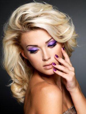Quadro Bella donna con manicure bellezza viola e trucco degli occhi.