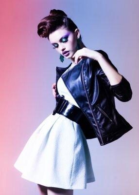 Quadro bella donna vestita elegante punk in posa drammatica