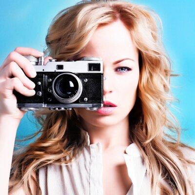 Quadro bella fotografa donna bionda holding della fotocamera retrò