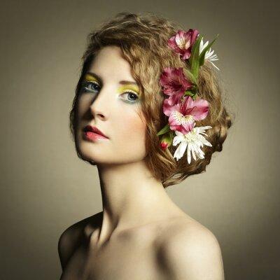 Quadro Bella giovane donna con delicati fiori nei capelli
