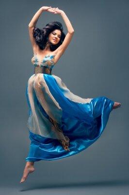 Quadro bella ragazza che galleggia a mezz'aria, vestito di seta blu