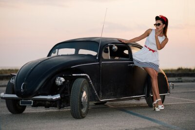 Quadro Bella ragazza pin-up posa con vettura stradale caldo