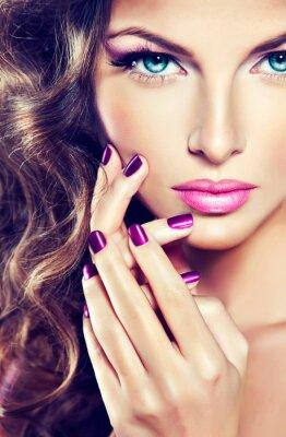 Quadro bellissima modella con i capelli ricci e manicure viola