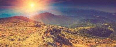 Quadro Bellissimo paesaggio panoramico in montagna a sole.