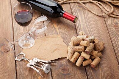 Quadro Bicchiere di vino rosso, bottiglia e cavatappi su tavola di legno rustico