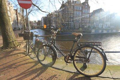 Quadro Biciclette che solcano un ponte sopra i canali di Amsterdam, Paesi Bassi