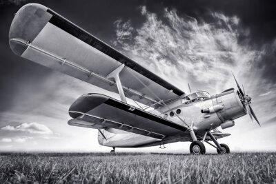 Quadro biplano contro un cielo