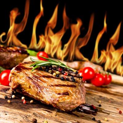Quadro Bistecche di manzo alla griglia con fiamme su sfondo