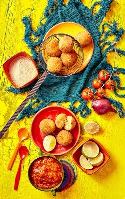 Quadro bolhinos fritto e guarnizioni in ciotole e piatti