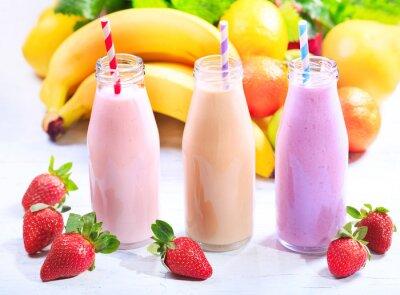 Quadro bottiglie di frullato con frutta fresca