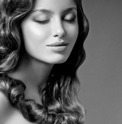Quadro bruna romantica con i capelli ricci