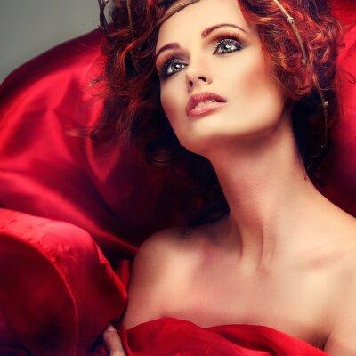 Quadro Capelli rossi. Ritratto di bella ragazza in tessuto rosso